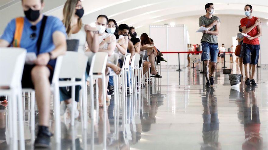 Diverses persones esperen al centre de vacunació de la Ciutat de les Arts i les Ciències, a València