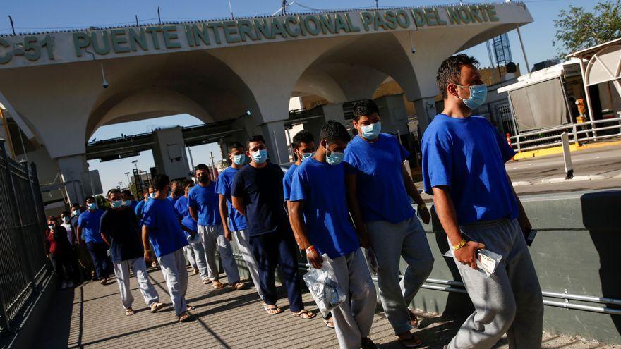Grup de migrants deportats dels Estats Units a Mèxic creuen la frontera del Paso del Norte en Ciudad Juárez