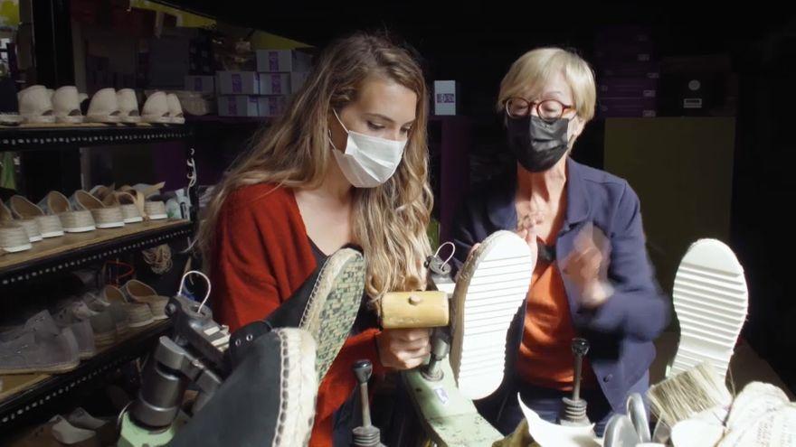 Imatge d'arxiu de dos dones en un comerç local de sabates