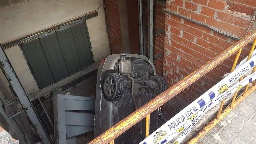 Vehicle sinistrat en el buit de l'ascensor per a cotxes