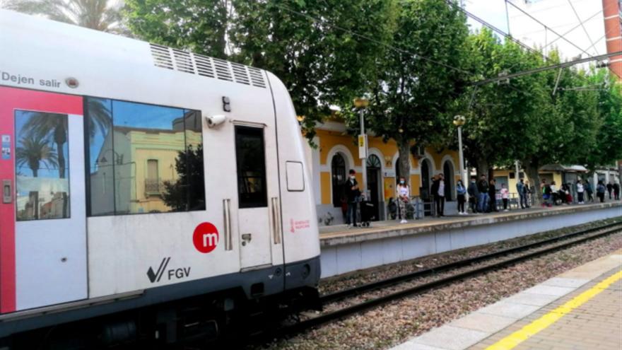 Imatge d'arxiu del metro al passar per Massamagrell