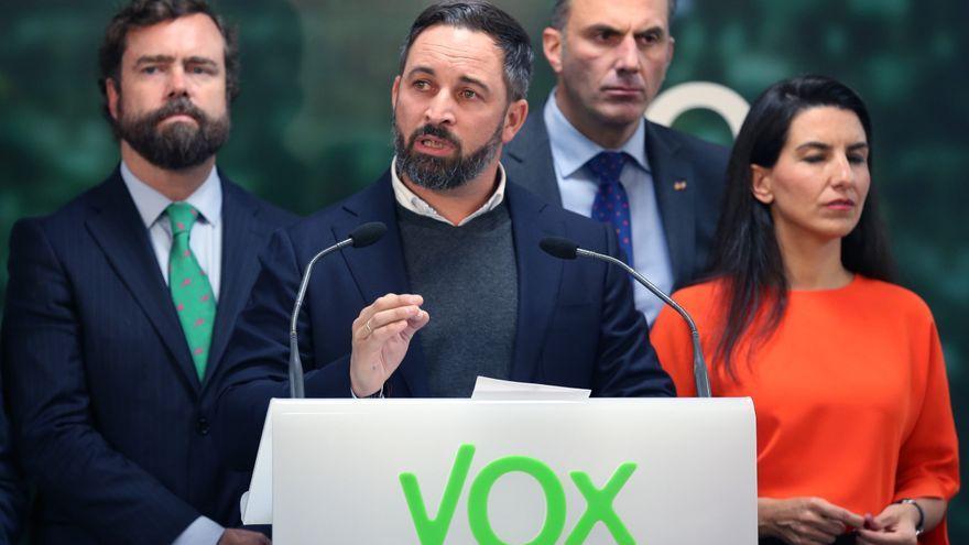 El líder de Vox, Santiago Abascal, en la roda de premsa per a valorar els resultats electorals, acompanyat d'Iván Espinosa de los Monteros, Javier Ortega Smith i Rocío Monasterio