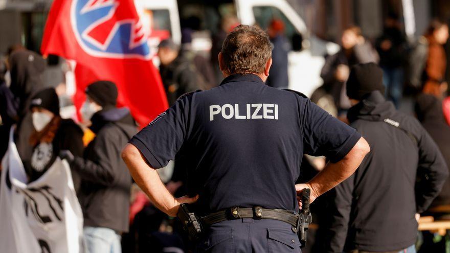 Un agent de policia en el pas fronterer de Guben, a Alemanya