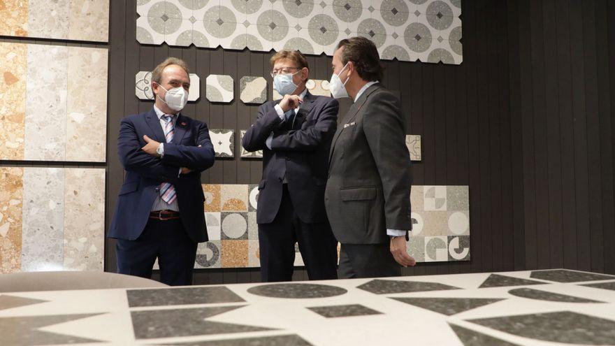 El president de la Generalitat, Ximo Puig, durant la visita a la Fira Internacional de la Ceràmica Cersaie, a Bolonya (Itàlia)