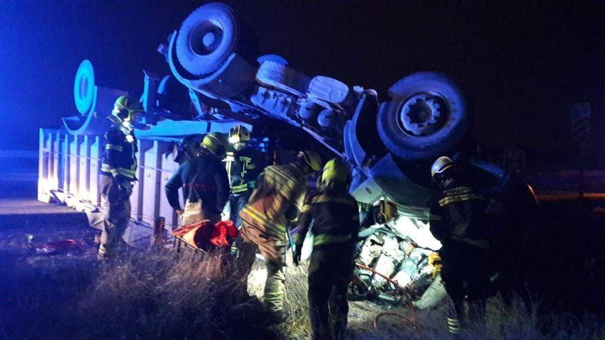 Els bombers excarceren de la cabina del camió d'UTE el cos del conductor