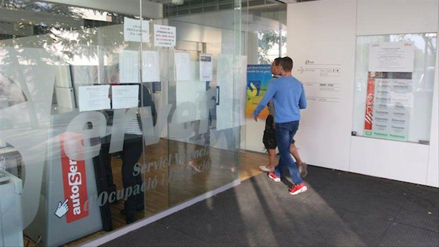 Un home entra en una oficina del Servef, ara Labora