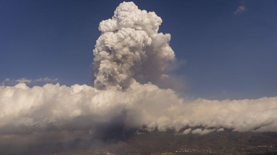 Columna de gasos del volcà Cumbre Vieja que es va registrar aquest dijous de vesprada després d'una nova explosió