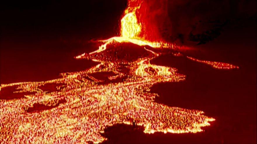 Imatges aeries de l'avanç de la lava per la nit