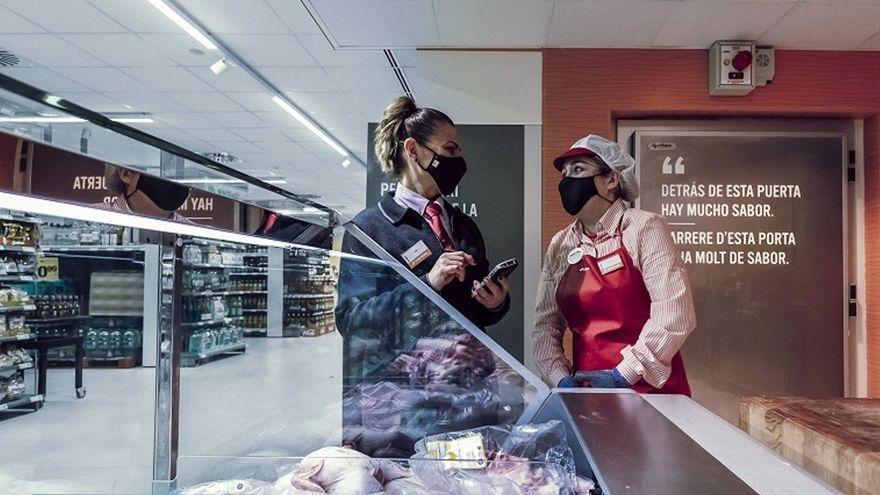 Treballadores de Consum en una de les tendes de la companyia