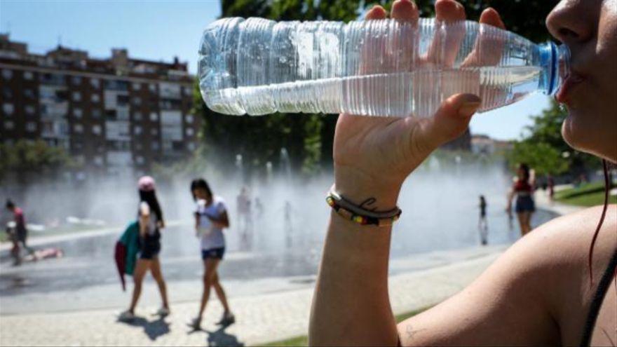 Sanitat recomana beure aigua amb freqüència durant l'onada de calor