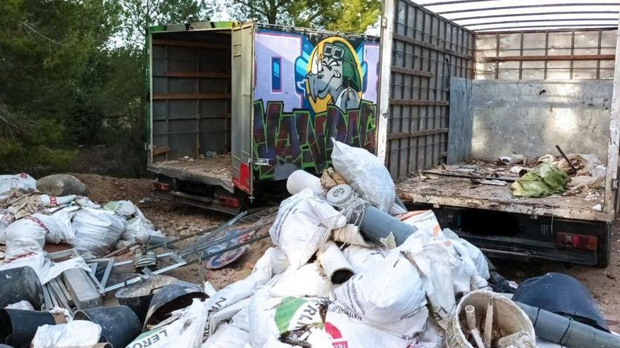 Intercepten dos camions que abocaven 20 tones de residus a Paterna