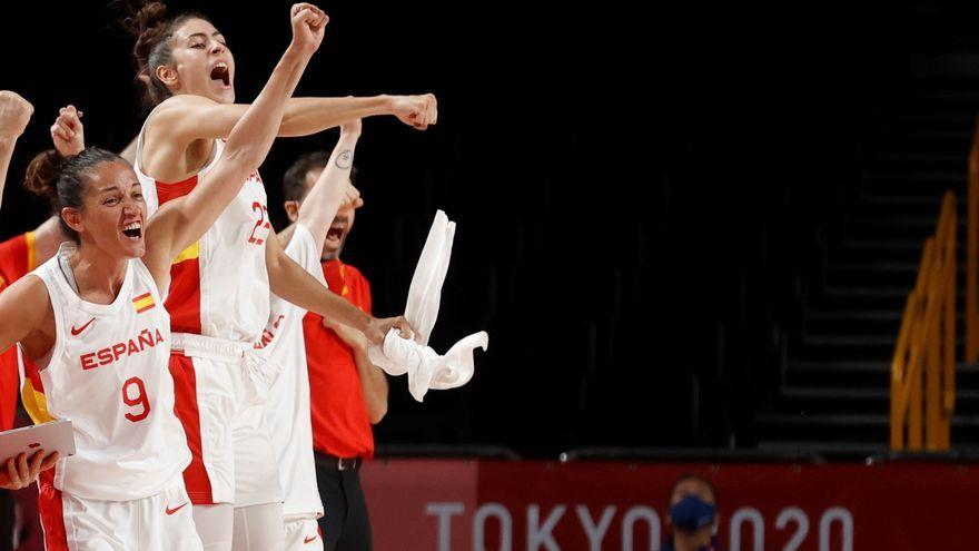 Les jugadores de la selecció femenina celebren una cistella contra Sèrbia