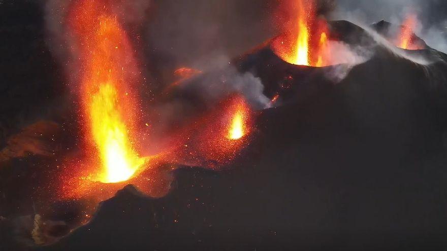 Reconfiguració del cono del volcà i apertura de nous centres d'emisió