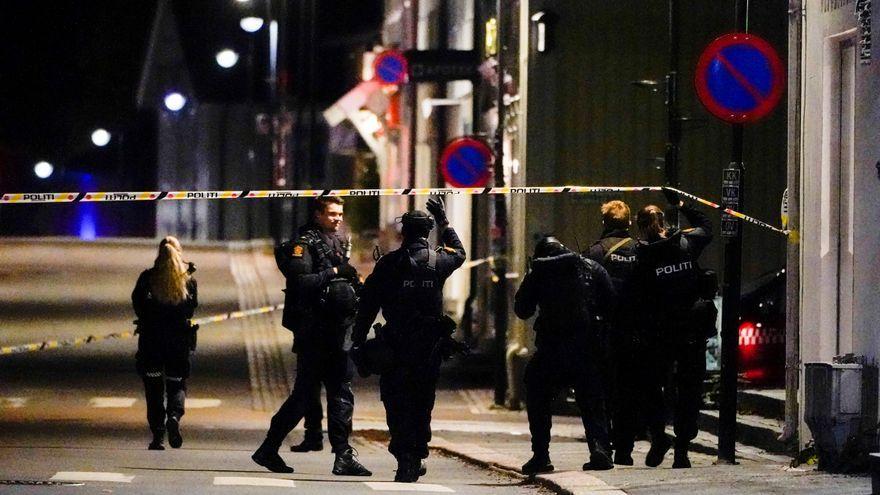 Oficials de policia de Kongsberg a l'escena del crim