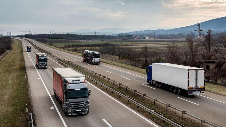 Imatge d'arxiu de camions en carretera