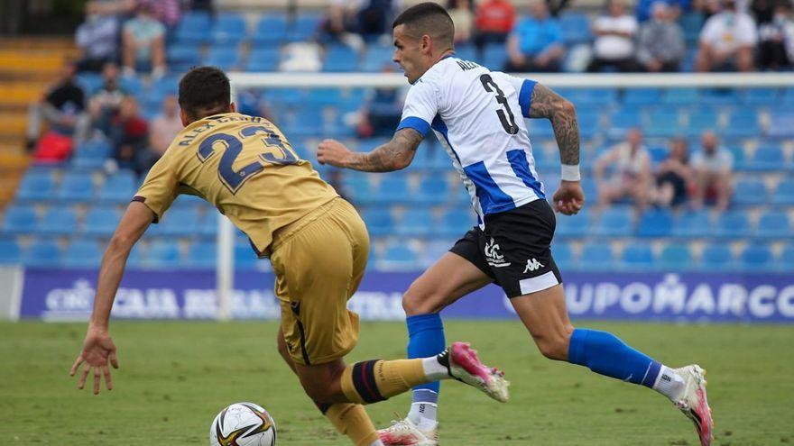 Álex Martínez (Hèrcules) condueix un baló davant la pressió d'Álex Cerdá (Atlètic Llevant)