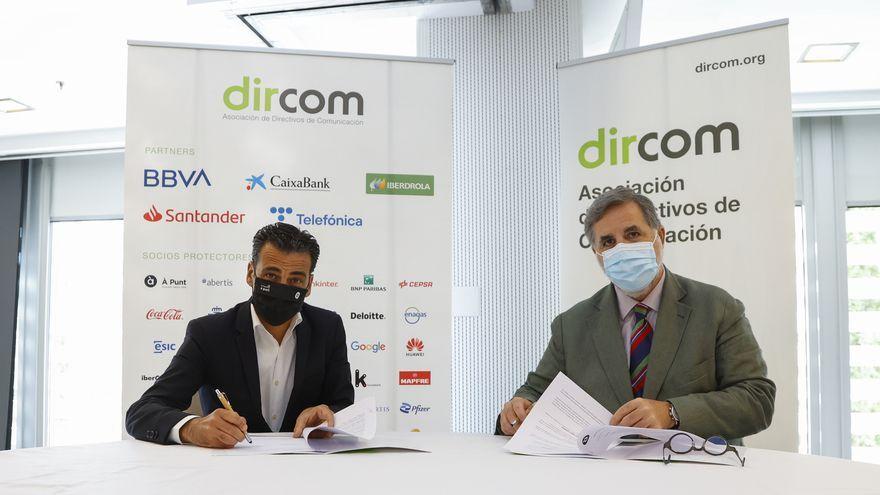 El director general d'À Punt, Alfred Costa, i el president de l'associació de directors de comunicació, Miguel López-Quesada firmen l'acord.