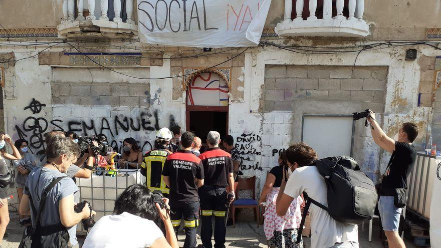 Els bombers accedeixen a l'edifici de la Creu Coberta que l'Ajuntament pretén desallotjar aquest dilluns