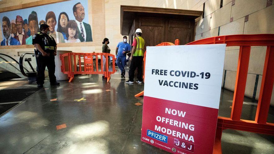 Una pancarta ofereix vacunes gratuïtes a Los Angeles