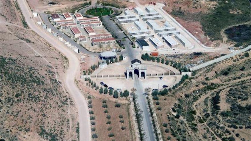 Fotografia aèria del cementeri municipal d'Elda. En la part superior es veu un terreny aplanat per al futur cementeri de mascotes