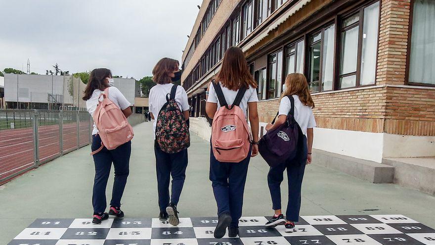Quatre xiquetes adolescents es dirigeixen a l'entrada d'una escola