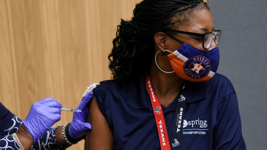 Una treballadora de Texas rep es vacuna contra el coronavirus
