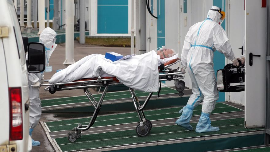 Un pacient de Covid-19 entra en un hospital de Moscou, Rússia, aquest dimecres