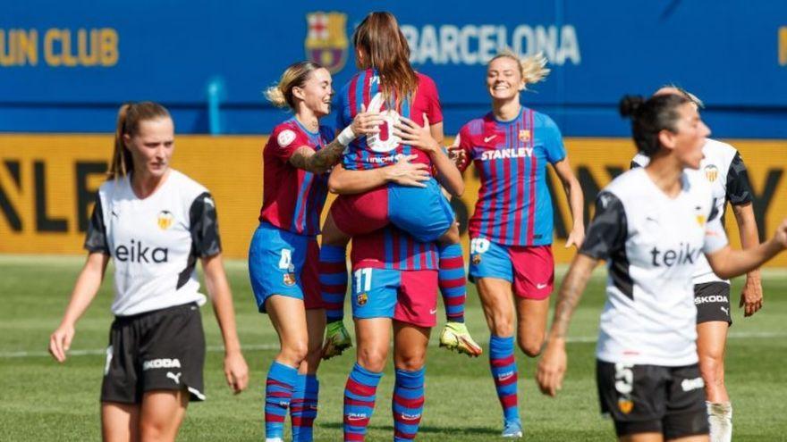 Les jugadores del Barça celebren un gol mentre les valencianistes es resignen