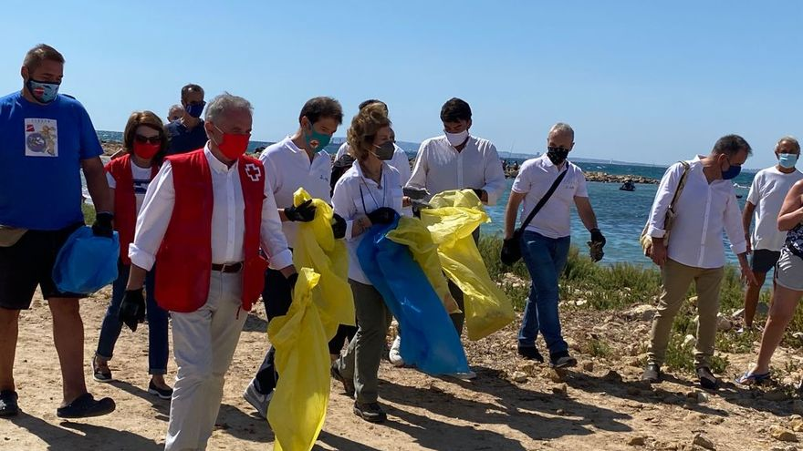 La reina emèrita amb un grup de voluntaris, a la platja de l'Almadrava d'Alacant