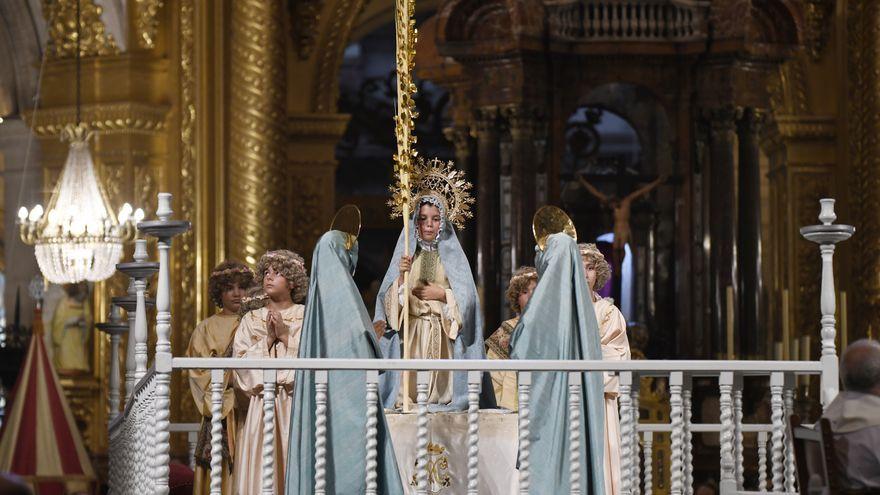 Xiquets actors representant el drama sacre-líric religiós El Misteri d'Elx