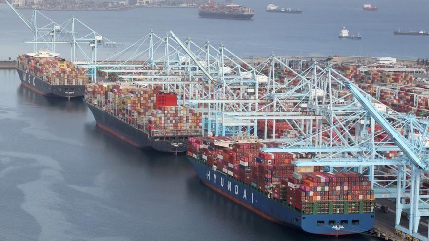 Embarcacions amb contenidors a l'espera de poder ser descarregats a la terminal de Long Beach
