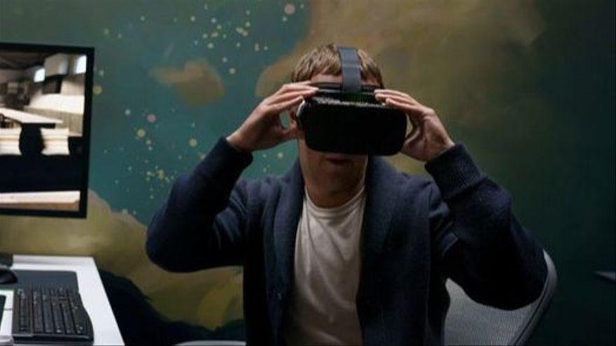 Mark Zuckerberg provant la tecnologia de realitat virtual desenvolupada per l'equip d'investigació de Facebook Reality Labs