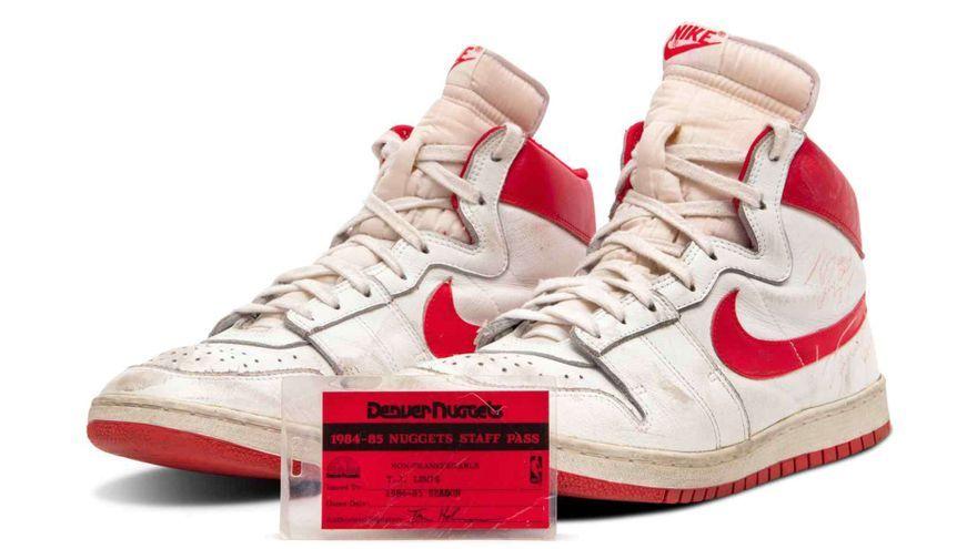 Les sabatilles Nike Air Ships en blanc i roig signades per Jordan