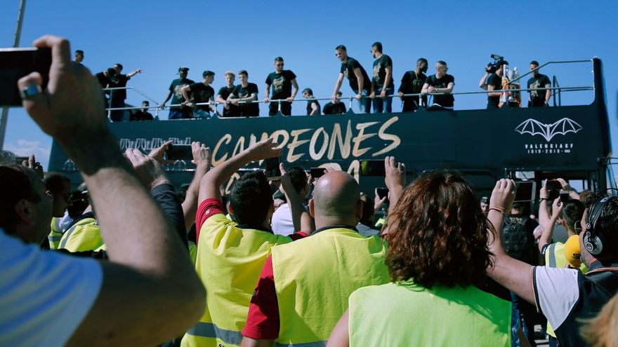 Acabada la rua que ha travessat els carrers de València, la cerimònia ha començat al Mestalla