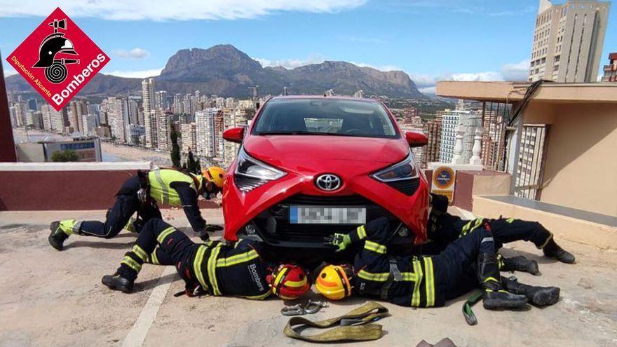 Estat en què va quedar el vehicle després de xocar contra el mur perimetral de l'aparcament