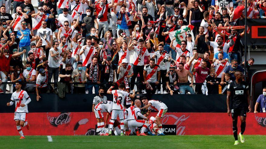 Els jugadors del Rayo celebren el segon gol davant l'afició