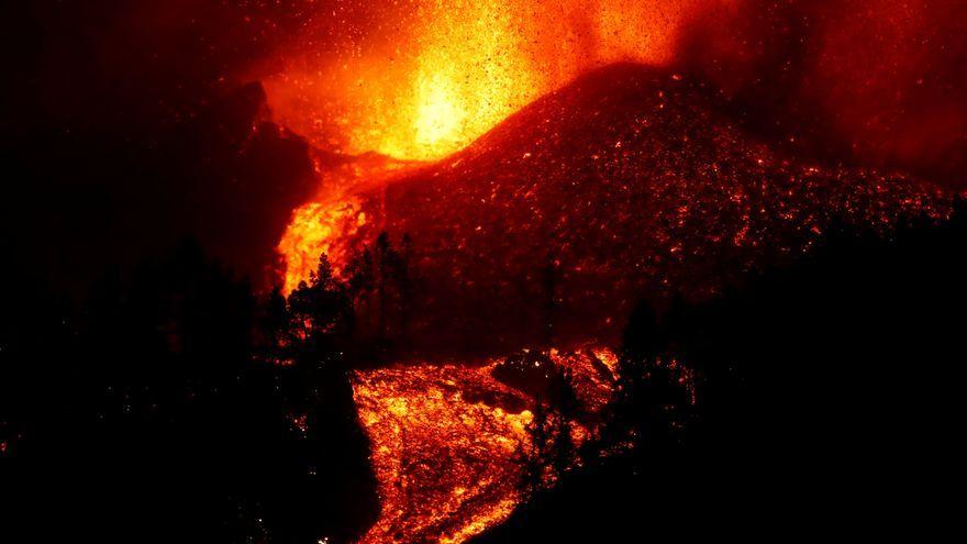 La lava flueix després de l'erupció d'un volcà al parc nacional Cumbre Vieja, a l'illa canària de La Palma