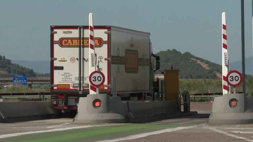 Un camió passa per un peatge de l'AP-7