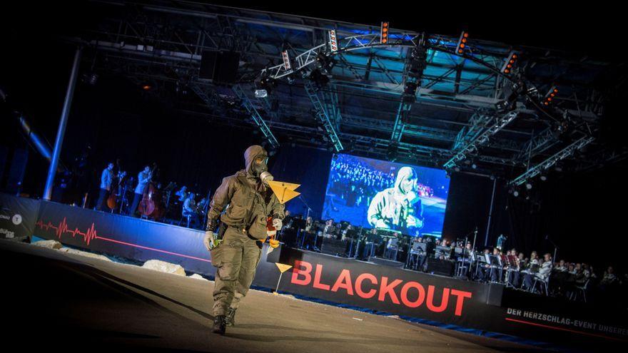 Un membre de les forces armades, durant un acte públic de conscienciació sobre el perill d'una apagada, a la ciutat austríaca de Tulln