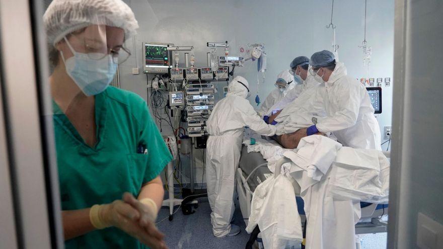 Sanitaris en una UCI de l'Hospital Clínic de València