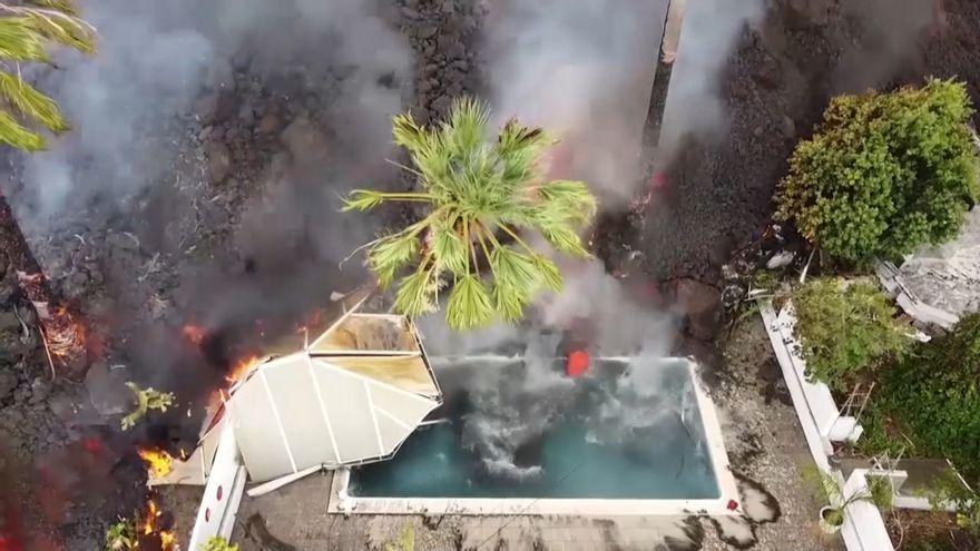 Llengua de lava entrant en la piscina d'un xalet a La Palma
