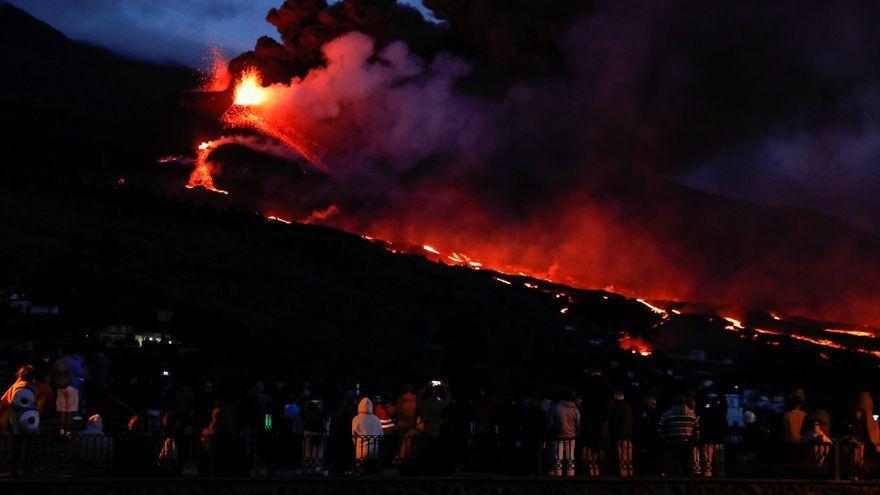 Un grup de curiosos es reuneix per a veure l'erupció del volcà Cumbre Vieja