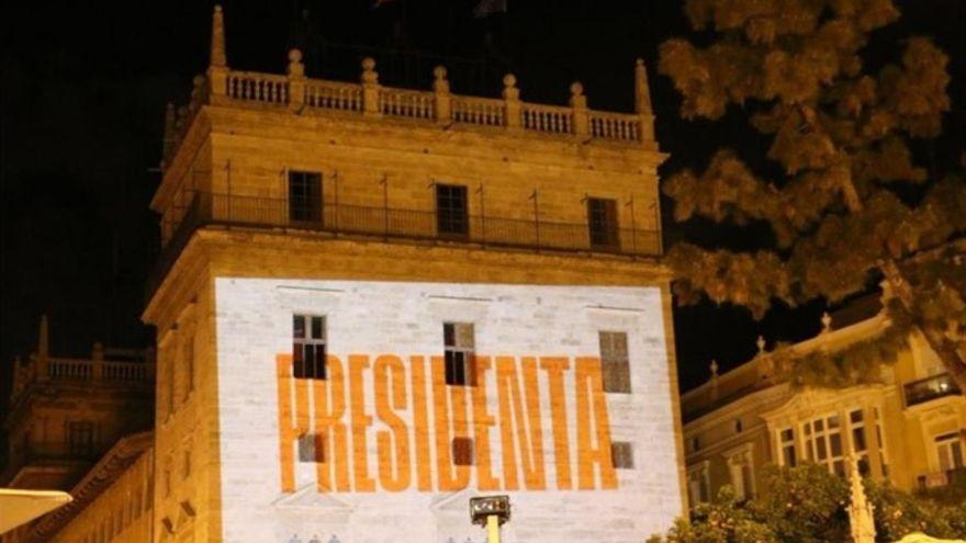 Cartell que Compromís va projectar sobre la façana del Palau en l'acte de tancament de campanya
