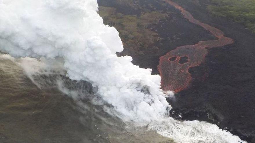 Les grans columnes de fum que va generar el volcà Kilauea, a Hawai, quan va entrar en contacte amb la mar