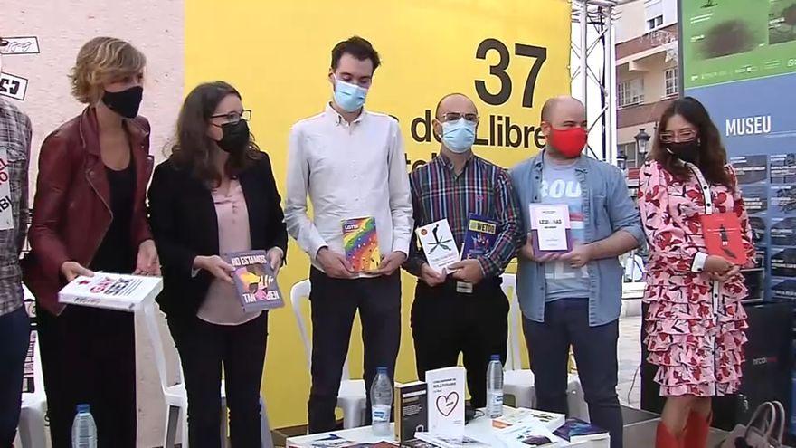 La vicepresidenta del Consell i la regidora de Cultura posen amb autors i editors dels volums confiscats a la Fira del Llibre de Castelló