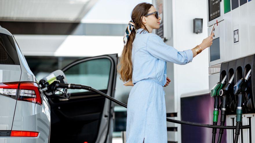 Una dona paga en la gasolinera en una imatge d'arxiu
