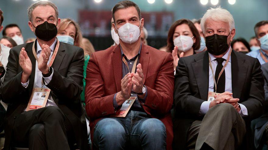 El president del govern espanyol, Pedro Sánchez, amb els expresidents Zapatero i González en la segona jornada del 40 Congrés Federal del PSOE
