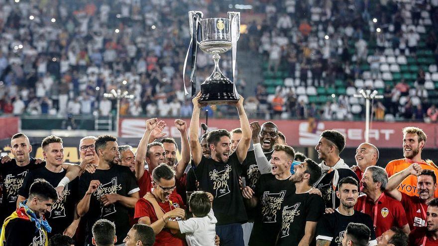 Els jugadors del València CF celebren la victòria en la final de Copa