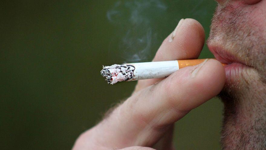 Imatge d'arxiu d'un home fumant