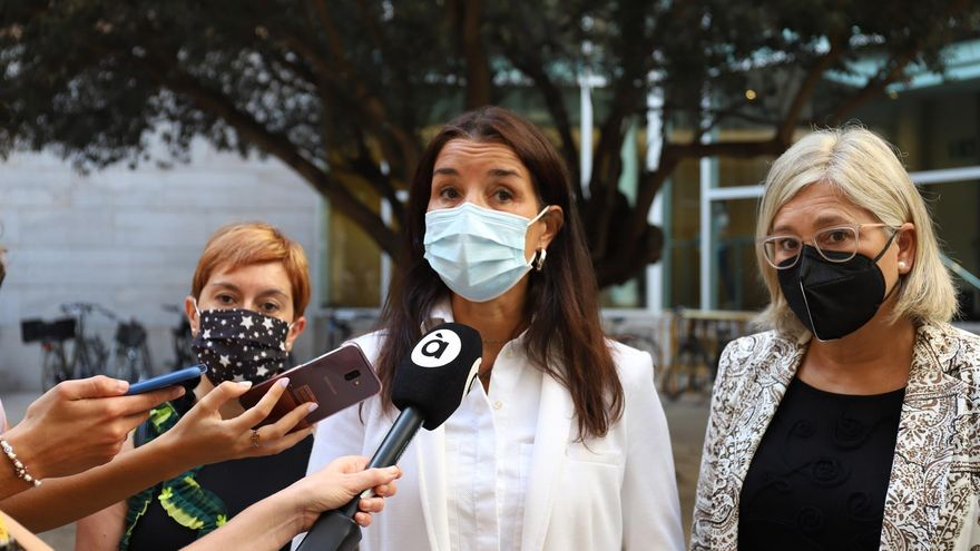 La síndica de Ciutadans, Ruth Merino, atén els periodistes a les Corts